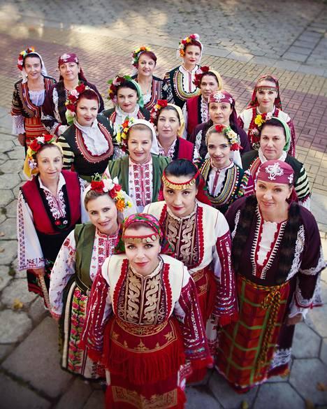 """Bulgarian """"mysteerikuoro"""" käyttää nykyään myös nimeä The Mystery of the Bulgarian Voices. Kuoron parinkymmenen laulajan joukossa on ammattilaulajia, mutta osa työskentelee myös esimerkiksi kaupan kassalla ja bisneselämässä."""