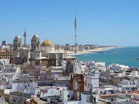 Torre Taviran näköalatasanteelta avautuvat maisemat Cádizin vanhankaupungin valkeiden kattojen ylle. Tornissa on myös camera obscura, jossa järjestetään maksullisia näytöksiä.