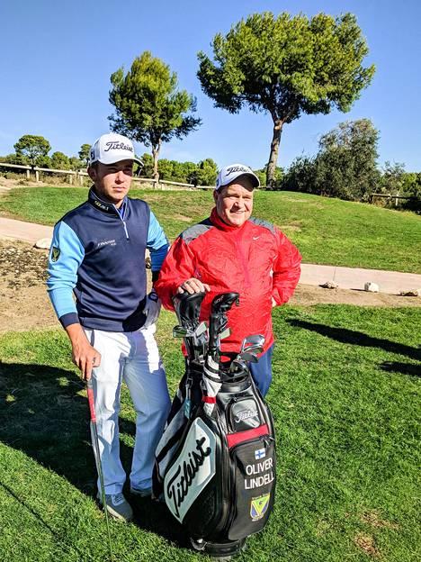 Oliver Lindellin (vas.) caddiena sekä haastajakiertueen finaalissa että karsintafinaalissa urakoi yhteensä kymmenen kierrosta paremmin kansainvälisenä golftuomarina tunnettu Arto Teittinen.