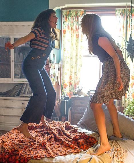 Minnie (Bel Powley) ja bestis Kimmie (Madeleine Waters) pitävät hauskaa The Diary of a Teenage Girl -elokuvassa.