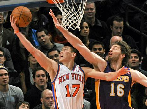 New York Knicksin Jeremy Lin tekee korin Los Angeles Lakersin Pau Gasolin vartioinnista huolimatta.