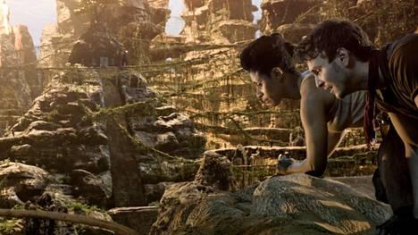 Obi (Lara Rossi) ja Sasha (Vladimir Burlakov) seikkailevat liskoihmisten kaupungissa Iron Sky: The Coming Racessa.