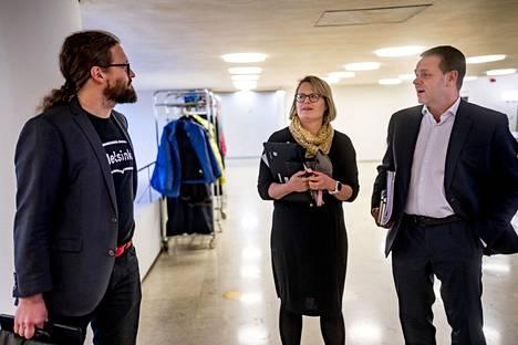 Valtuuston puheenjohtaja Otso Kivekäs (vas), apulaispormestari Sanna Vesikansa ja pormestari Jan Vapaavuori osallistuivat kahden viikon takaiseen valtuuston kokoukseen. Yhtenä aiheena oli tämän päivän kokouksen tapaan koronavirus.