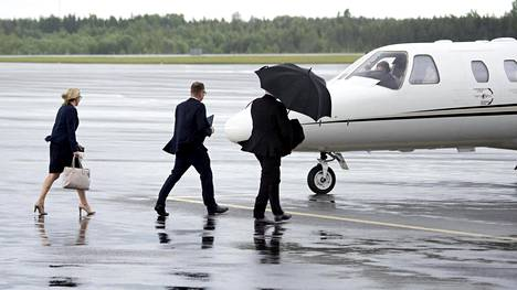 Juha Sipilä lensi Turkuun pikavisiitille itse ohjaamallaan pienkoneella. Mukana seurasi avustaja Riina Nevamäki.