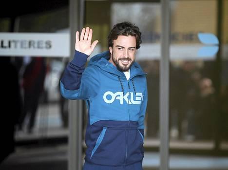 Fernando Alonso tervehti häntä odottaneita toimittajia päästyään sairaalasta keskiviikkona.