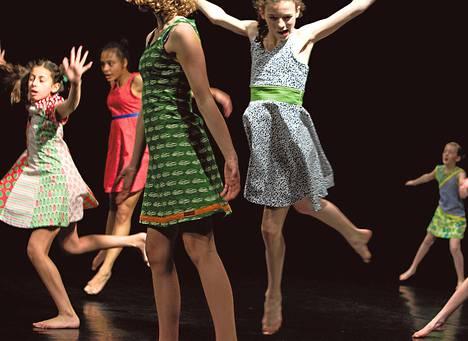 GIRLS-teoksen tanssijat ovat vakuuttavia esiintyjiä, suorastaan ammattimaisen oloisia.