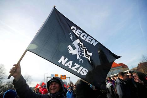 Mielenosoittaja kannatteli natseja vastaan -lippua äärioikeiston vastaisella marssilla Dresdenissä, Saksassa lauantaina.