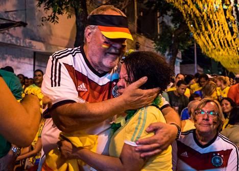 Saksalainen mies lohdutti brasilialaista naista, kun Saksa oli nuijinut Brasilian maajoukkueen MM-välierässä 7-1.