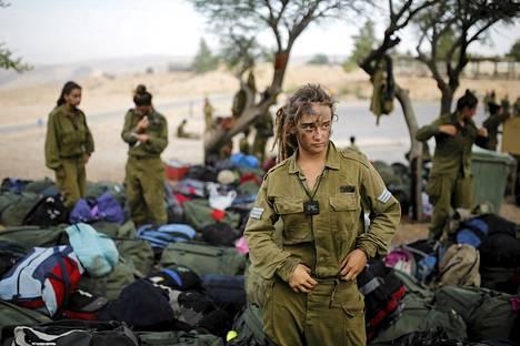 Israelilainen sotilas Caracalin pataljoonasta seisoi rinkkojen keskellä 20 kilometrin marssin jälkeen Negevin autiomaassa. Ryhmän koulutus läheni loppuaan 29. toukokuuta. Pataljoonan tarkoitus on partioida Israelin ja Egyptin välisellä rajalla ja torjua luvattomia rajanylityksiä ja salakuljetusta Siinain autiomaassa. Pataljoonasta kaksi kolmasosaa on naisia.