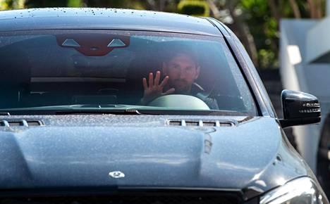 Lionel Messi saapui maanantaina autolla Barcelonan harjoituskeskukseen Ciutat Esportivalle.