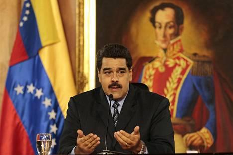 Venezuelan presidentti Nicolás Maduro puhui keskiviikkona Mirafloresin palatsissa Caracasissa. Taustalla maan vallankumousjohtajan Simón Bolívarin (1783–1830) muotokuva.