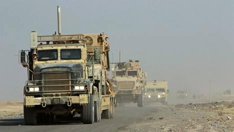 Yhdysvaltain armeijan ja Irakin valtion joukkoja Qayyaran  lentotukikohdassa Irakissa elokuussa.