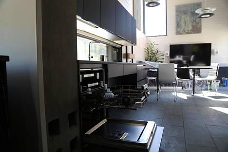 """""""Villa Mikaelin"""" keittiössä pyörätuolilla liikkuminen on otettu huomioon yksityiskohdissa. Esimerkiksi astianpesukoneen alataso ja keittiön yläkaapit liikkuvat tarvittaessa ylös tai alas."""