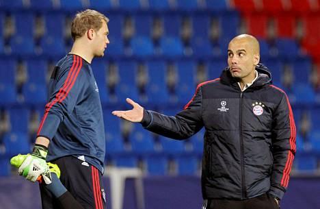 Tähtimaalivahti Manuel Neuer (vas.) oli Pep Guardiolan pallokontrolliin perustuvassa pelitavassa keskeisessä roolissa espanjalaisvalmentajan Bayern-vuosina.