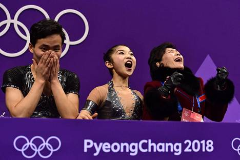 Pohjois-Korean Ryom Tae-ok ja Kim Ju-sik repesivät riemuun nähtyään pisteensä, joilla he etenivät jatkoon lyhytohjelmasta.