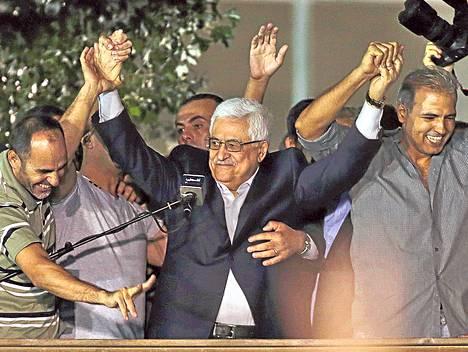 Palestiinalaisten presidentti Mahmud Abbas juhli Israelin vapauttamien vankien kanssa keskiviikkona Länsirannan Ramallahissa.