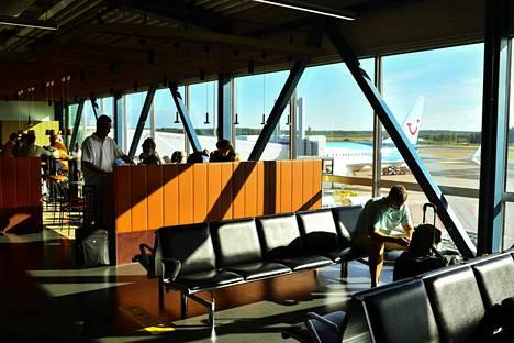 Kreetan-matkailijat odottamassa lennon lähtöä Helsinki-Vantaan lentoasemalla.
