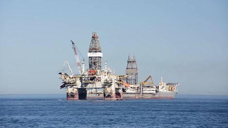 Useat öljyyn pääasiallisena tulolähteenä nojaavat kehittyvät maat saattavat olla suurissa vaikeuksissa, jos hinnanlasku jää pysyväksi. Öljynporauslautta ja porauslaiva kuvattuna Etelä-Afrikan Kapkaupungin edustalla.