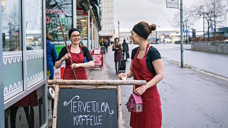 Neljä vuotta Kaffateria Mummolaa Kuopiossa pyörittäneet yrittäjäsisarukset Merja Kallio ja Anu Väisänen ovat neljännen polven yrittäjiä. Sisarukset uskovat kahvilansa menestykseen, kunhan tiskistä löytyy aina voisilmäpullaa, pannusta hyvää kahvia ja lattialta räsymatot.