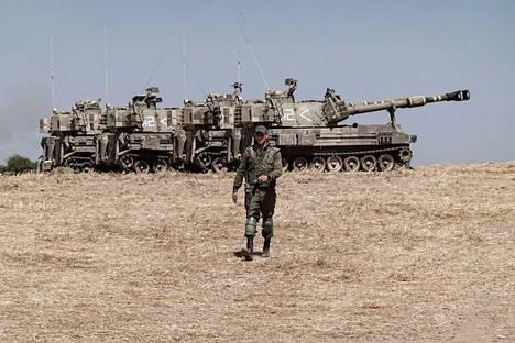 Israelin maavoimien kalustoa Gazan rajalla sunnuntaina.