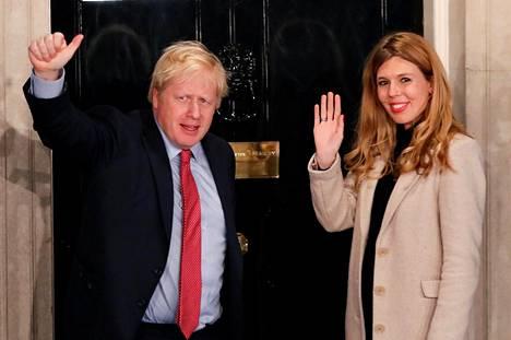 Britannian pääministeri Boris Johnson ja kihlattu Carrie Symonds joulukuussa pääministerin virka-asunnon ovella Lontoossa.