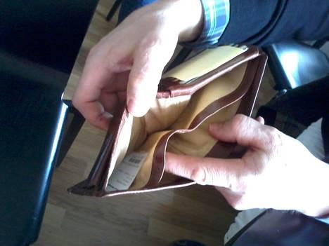 Tyhjenevä lompakko surettaa.