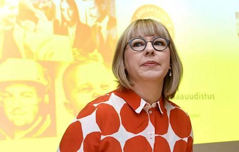 Sosiaali- ja terveysministeri Aino-Kaisa Pekonen (vas) esitteli keskiviikkona tiedotustilaisuudessa hallituksen perhevapaamallia.