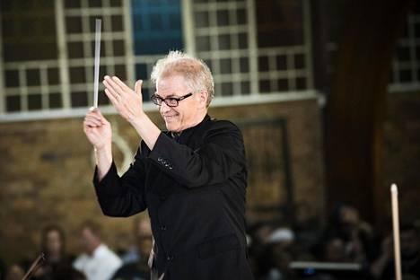 Osmo Vänskä johti Minnesota Orchestraa ja eteläafrikkalaisia muusikoita Sowetossa Mandela 100 -juhlakonsertissa Sowetossa elokuussa.