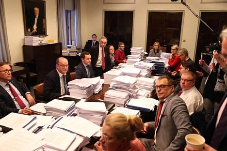 Perustuslakivaliokunnan puheenjohtaja Annika Lapintie aloittamassa paperivuorten keskellä pöydän päässä valiokunnan kokousta eduskunnassa Helsingissä maanantaina.
