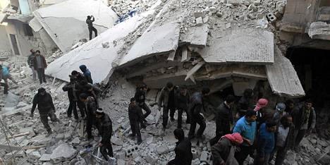 Asukkaat etsivät eloonjääneitä Maysarin kaupunginosassa Aleppossa.
