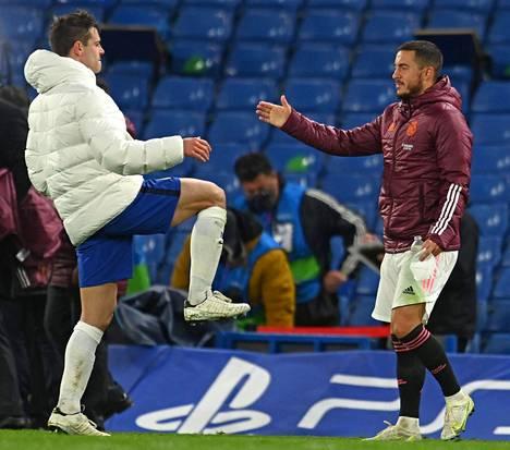 Eden Hazard (oik.) kätteli ensimmäisenä ottelun jälkeen Chelsean Cesar Azpilicuetan.