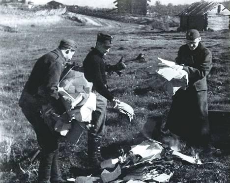 Mikko Porvalin kirjassa on ainutlaatuisia kuvia. Suomalaiset sotilaat tutkivat sotasaalispapereita Aunuksessa kesällä 1941. Kuvassa Vladi Marmo (vas.), tuntematon upseeri ja Igor Vahros.