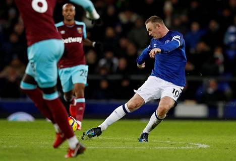 Näin lähti Wayne Rooneyn hormuinen laukaus, joka painui West Hamin maaliin puolesta kentästä.