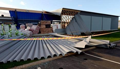 Rautakaupan varaston seinä ja katto irtosivat tuulen voimasta Pohjois-Pohjanmaalla Ylivieskassa lokakuussa 2015.