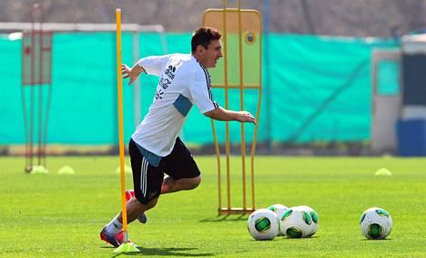 Lionel Messi harjoitteli Argentiinan maajoukkueen mukana ennen tämäniltaista MM-karsintaottelua Paraguayta vastaan.
