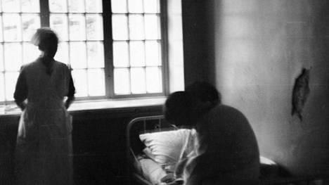 Hoitaja ja potilaita Lapinlahden sairaalassa 1930-luvulla.  Tämän jutun valokuvat ovat lääkäri  Rafael Gordinille   kuuluneesta valokuva-albumista, jota säilytetään Helsingin yliopistomuseossa. Gordin työskenteli Lapinlahden sairaalassa apulaislääkärinä 1930-luvulla.  Kaikki kuvat ovat toden- näköisesti hänen ottamiaan.