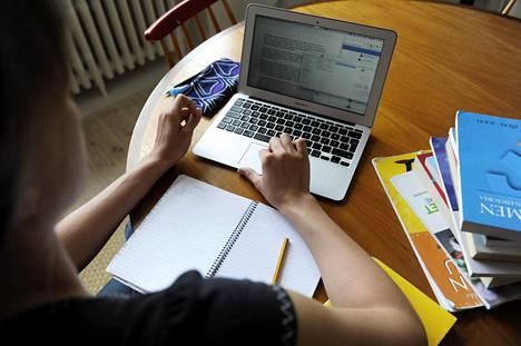 Helsingissä etenkin nuorista naisista suuremmalla osalla kuin miehistä on korkeakoulututkinto.
