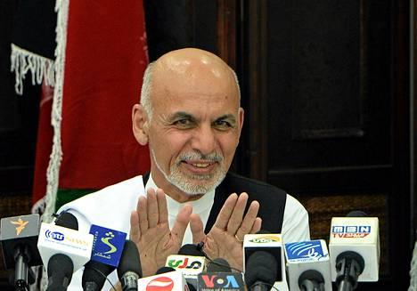 Ashraf Ghani lehdistötilaisuudessa Afganistanin pääkaupungissa Kabulissa lauantaina.