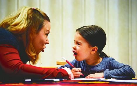"""Lastenhoitaja Tuuni Partti opastaa Unná Strandénia, 5, saamen kielellä piirtämään. """"Oranša"""", Partti opastaa, kun tämä poimii käteensä oranssin kynän."""