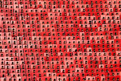 Armeijan joukot pitelivät punaisia kylttejä Meksikon itsenäisyyspäivän sotilasparaatin aikana Mexico Cityssä keskiviikkona.