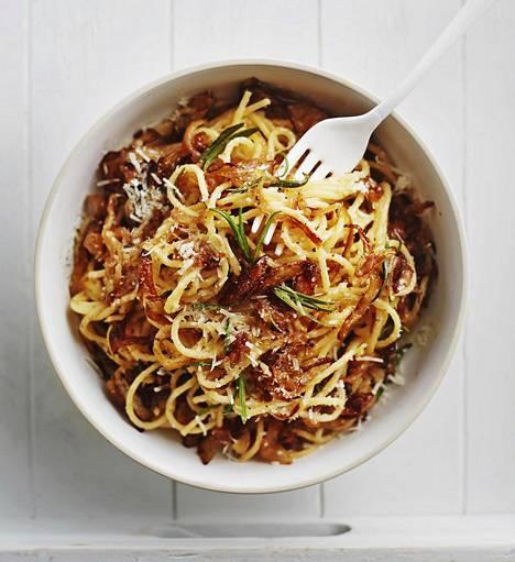 Sipulien karamellisoinnin ideaa voi hyödyntää arkisessa pastassa. Pikakaramellisoinnin idealla ruoka valmistuu samassa ajassa kuin keität spagetin.