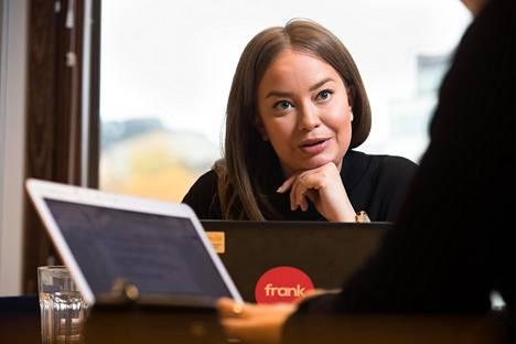 """Maria Loima on huolissaan julkisen keskustelun prioriteeteista: """"Pannaan valtavasti voimavaroja siihen, että yliopisto-opiskelijat valmistuisivat nopeammin, kun meillä menee oikeasti tosi hyvin."""""""