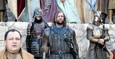 Jos Game of Thrones (kuvassa) ja The Sopranos tappelisivat, GoT:lla olisi paremmat haarniskat mutta huonommat aseet.