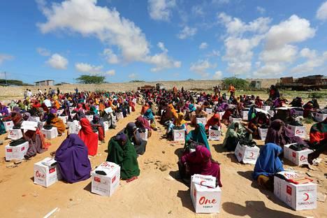 Somalialaisella pakolaisleirillä asuvat naiset ovat saaneet tiistaina ruoka-avustuspaketit Turkin Punainen puolikuu -järjestöltä. Maata vaivaa paha kuivuus, joka vaikeuttaa maan sisäisten pakolaisten tilannetta.