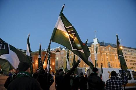 Suomen vastarintarinta ryhmän jäseniä kokoontui Pohjoismaisten uusnatsistisen kanssa Kaisaniemessä joulukuussa 2016.