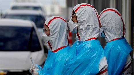 Moni maa katsoo nyt itäiseen Aasiaan miettiessään, mikä on polku epidemiasta poispääsyyn. Eteä-Korea on testannut massiivisesti kansalaisiaan tukahduttaakseen koronaviruksen. Kuvassa terveydenhuollon henkilökuntaa autoilijoille tarkoitetussa testikeskuksessa Daegun kaupungissa.