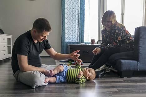 Markku ja Anna Lumikiven lapsi Anton Lumikivi on nyt puolivuotias.