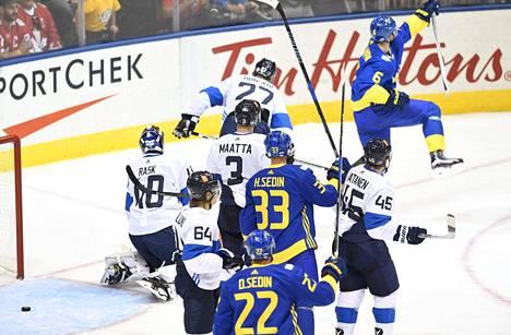 Anton Strålman (oik.) teki Ruotsin avausmaalin ottelussa Suomea vastaan.