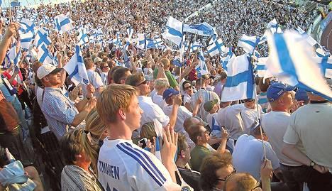 EM-karsintapelien alkaminen myöhään sopii työssäkäyville. Peliin ehtii päivän päätteeksi kauempaakin. Kuva Olympiastadionilta EM-karsintaottelusta Belgiaa vastaan 2007.