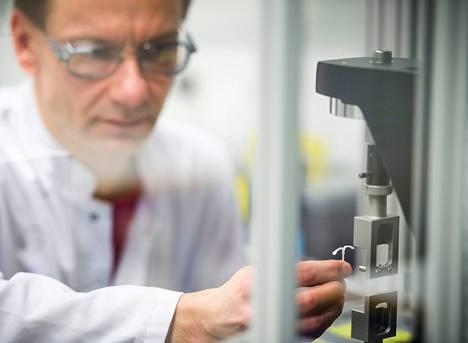 Tuotekehitysteknikko Petri Laiho testaa ehkäisykierukan T-mallisen rungon joustavuutta.